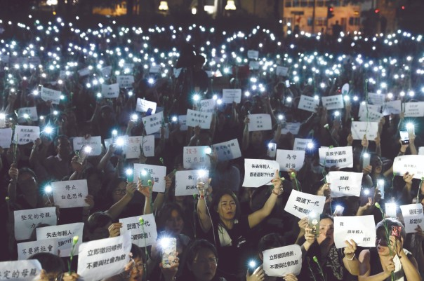 La noche del viernes, cientos de mamás protestaron contra la represión de la que fueron víctimas sus hijos en Hong Kong. Foto: AP y AFP