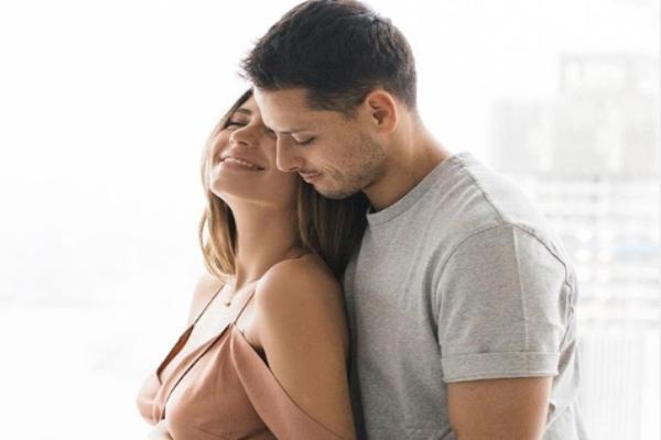 Javier Hernández y Sarah Kohan, se han convertido en padres.