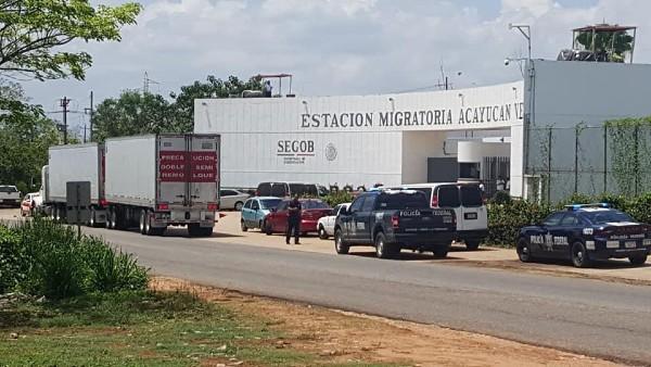 Elementos de la Policía Federal y del Instituto Nacional de Migración detuvieron el sábado al menos cuatro tráileres de doble caja que transportaban migrantes irregulares. Foto: Especial