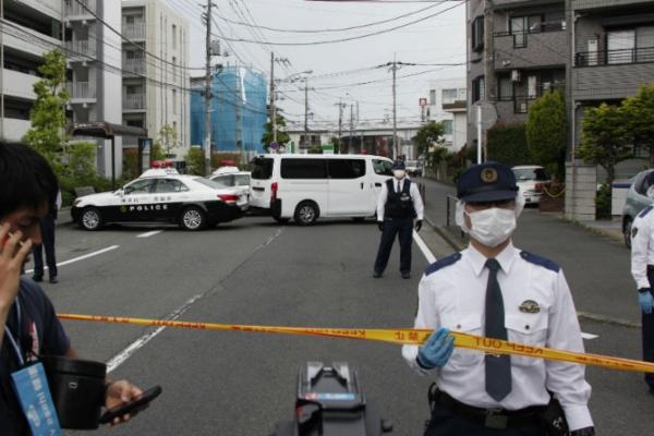 Hombre apuñala a policía en Japón