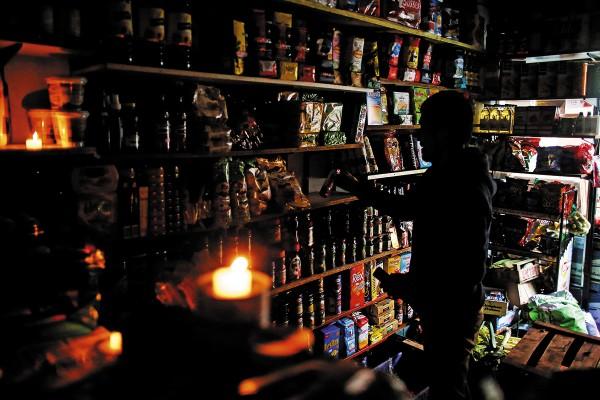 Las tiendas de servicio se vieron obligadas a cerrar por la falta de energía, tampoco funcionaba el servicio del Metro. Foto: AP