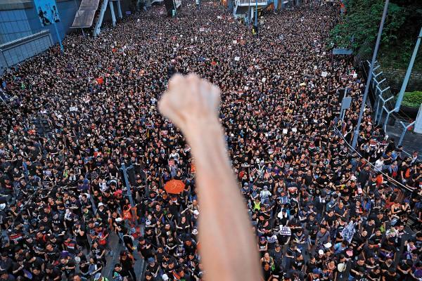 La multitud ocupó por completo una importante vía y calles aledañas paralelas al puerto de Victoria. Foto: AP
