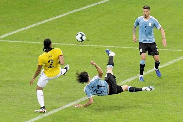 Cavani marcó el segundo, el más bonito del partido. Foto: Reuters