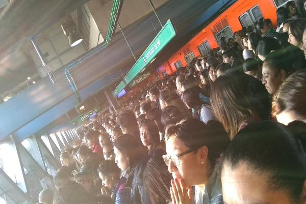 El Metro pidió a los usuarios tomar previsiones. Foto: mx_rosanegra