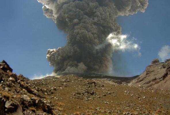 Este lunes, el volcán Popocatépetl ha registrado tres explosiones desde muy temprano. Foto Cenapred