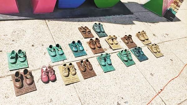 El sábado pasado se denunció el robo de ocho pares de zapatos en bronce, símbolo de la tragedia en la Guardería ABC. Foto: Especial