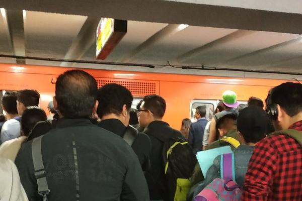 El Metro solicitó a las personas tomar previsiones. Foto:  @masterde24df