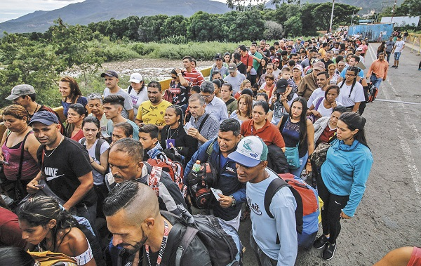 ÉXODO. Más de cuatro millones de venezolanos han huido de su país por la crisis económica y política. Foto: AFP