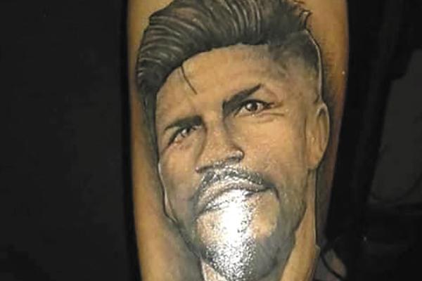Israel García se tatuó el rostro y la firma del exjugador del América. Foto: Especial.