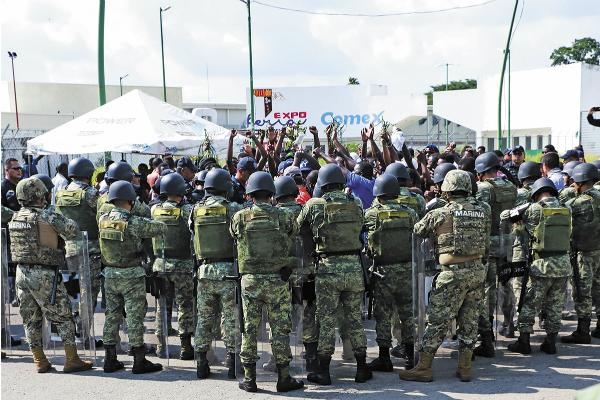 Los elementos federales impidieron que los manifestantes se fugaran del refugio temporal. Foto: Especial.