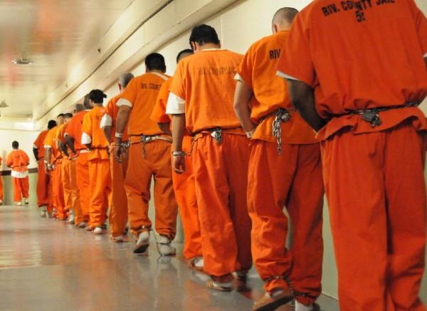 Estadística- mente, más de 75 por ciento de los prisioneros son negros o latinos. Foto: Especial