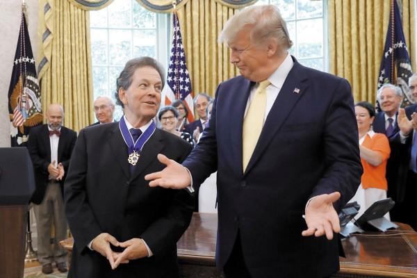 El mandatario otorgó la Medalla Presidencial de la Libertad a Arthur Lafferen. Foto: AP