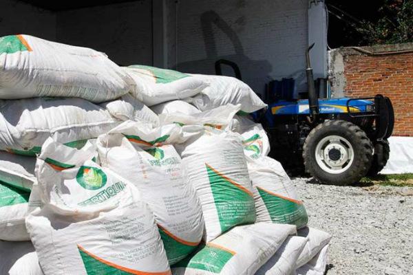 En la entrega directa de este insumo para los pequeños productores registrados para maíz, frijol y arroz en Guerrero. Foto: Especial.