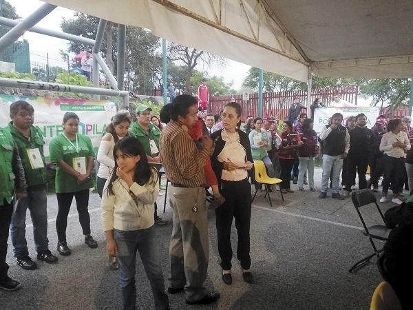 ATENTA. Claudia Sheinbaum escuchó las exigencias de los vecinos de la colonia Cultura Maya. Foto: Especial