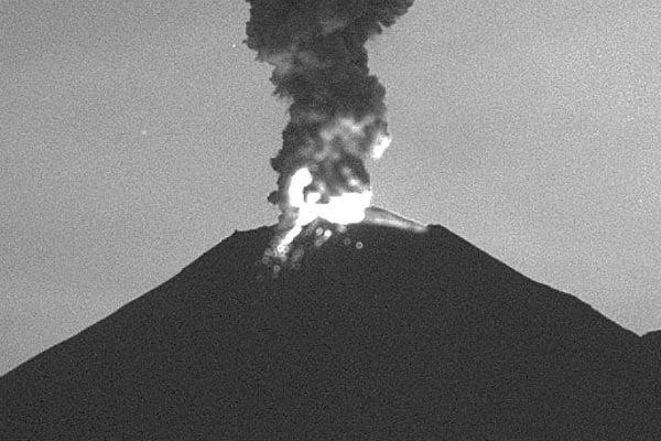 Hace unos momentos presentó una explosión que generó la expulsión de material incandescente. Foto: Especial.