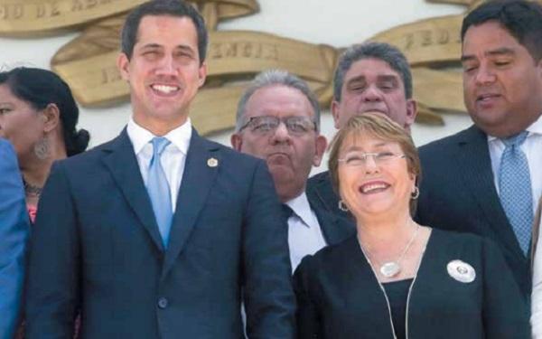 ENCUENTRO. Michelle Bachelet visitó ayer la sede de la Asamblea Nacional, de mayoría opositora. Foto: AFP