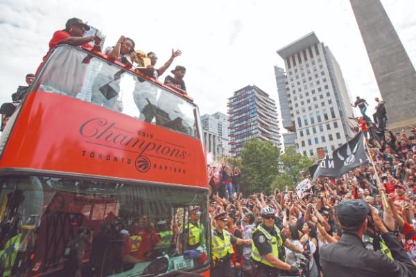 Los Raptors le dieron a Canadá su primer título y Toronto así festejó. Foto: AFP