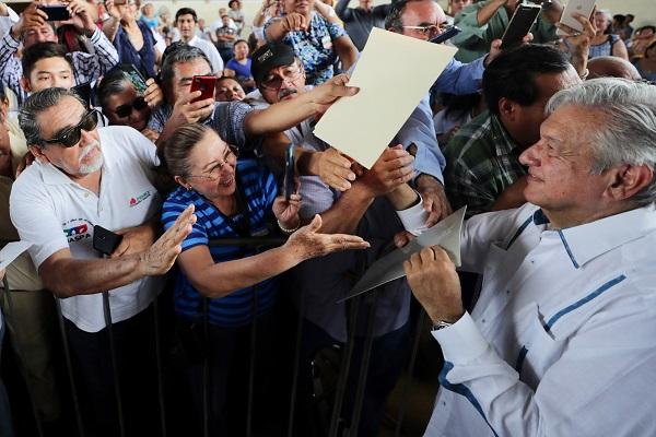 Andrés Manuel López Obrador, presidente de México, entregó apoyos de los Programas Integrales para el Bienesta. Foto: Cuartoscuro