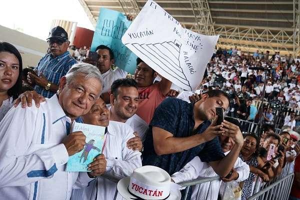 Andrés Manuel López Obrador, presidente de México, entregó apoyos de los Programas Integrales para el Bienestar. Foto: Notimex