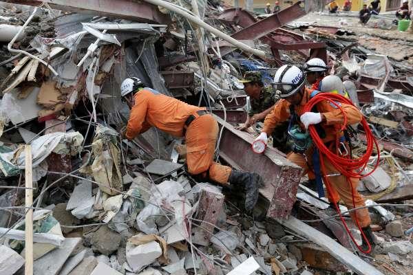 Los socorristas siguen trabajando para tratar de encontrar supervivientes. Foto: AFP