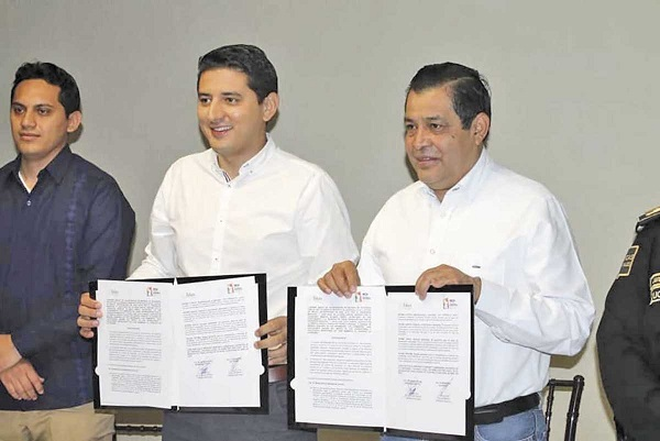 YUCATÁN. Juan Hugo de la Rosa (der.) firmó un convenio en abril con el alcalde de Tekax. Foto: Especial