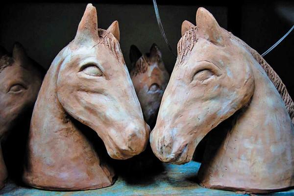NIÑEZ. La pieza remite a los caballitos de palo, clásicos de la etapa infantil. FOTO: ESPECIAL