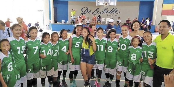 TRIUNFO. La cuadrilla de futbol femenil, de Arcelia, ganó una medalla de plata. Foto: Especial