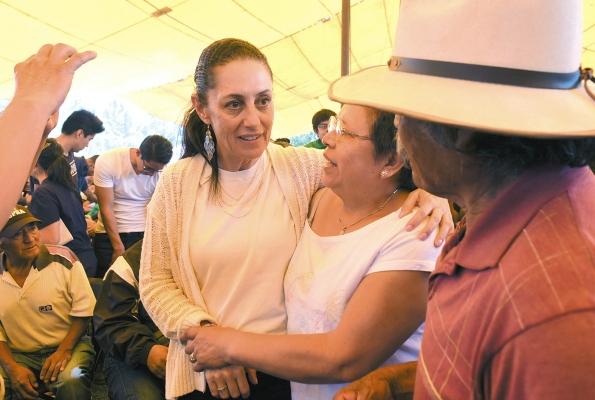 CERCA. La jefa de Gobierno fue al bosque de Tláhuac, donde escuchó peticiones. Foto: Leslie Pérez