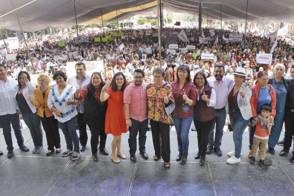 ACTIVA. Luján dictó una conferencia en la plaza principal de Tlalnepantla y se reunió con militantes. Foto: Especial
