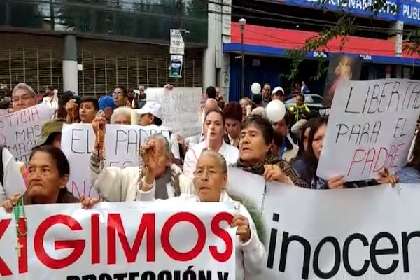 Los feligreses exigen respeto a los derechos del sacerdote detenido. Foto: Gerardo Suárez