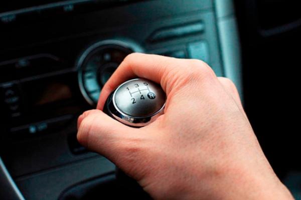Otra forma de evitar gastar más combustible es no zigzaguear dentro y fuera de los carriles. Foto Especial