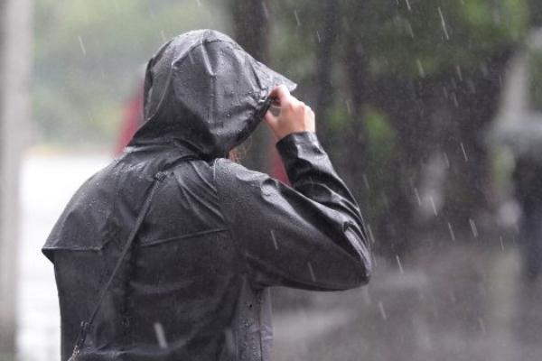 Al momento se registra lluvia moderada en la Calzada Ignacio Zaragoza y la autopista México-Puebla. Foto Especial
