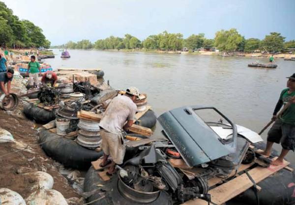 Cientos de centroamericanos buscan diariamente migrar a través del río Suchiate. FOTO: AP