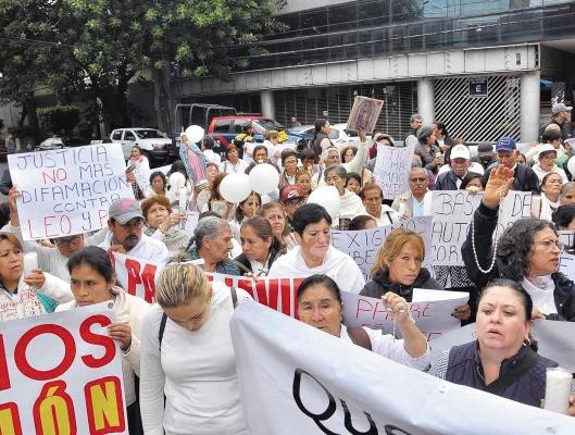 LE CREEN. Mujeres fueron citadas frente a los tribunales para apoyar al párroco. Foto: Cuartoscuro