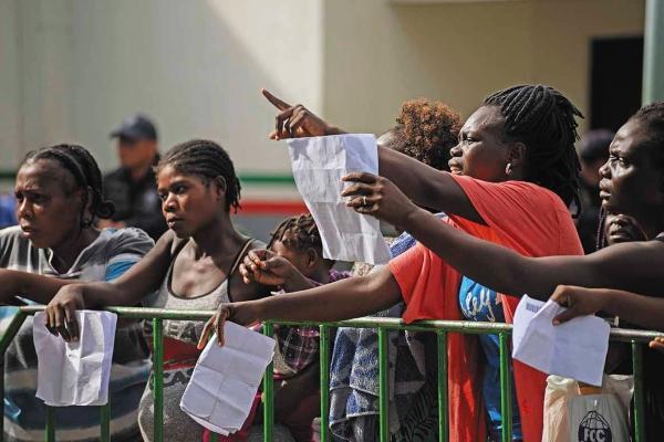 TRÁMITE. Migrantes hacen fila en las estaciones migratorias del sur, para registrar su entrada legal al país. Foto: Cuartoscuro