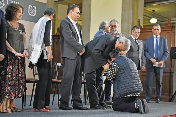 EMOTIVIDAD. El Presidente escucha la súplica de María Isela Valdez Chairez, madre de Roberto. Foto: Cuartoscuro