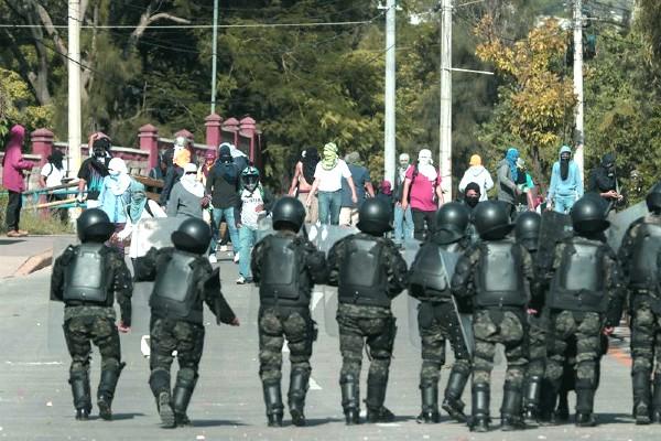 ATAQUE. Los jóvenes cubrieron sus rostros y colocaron barricadas en la universidad. FOTO: EFE