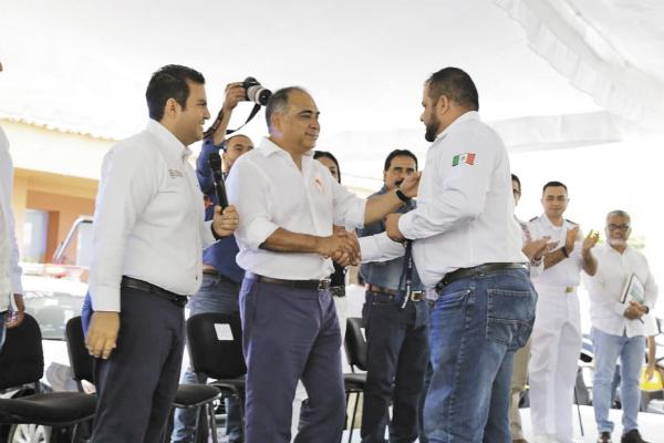 En compañía del alcalde Jorge Sánchez, el gobernador Héctor Astudillo atestiguó la entrega del equipamiento. Foto: Especial.