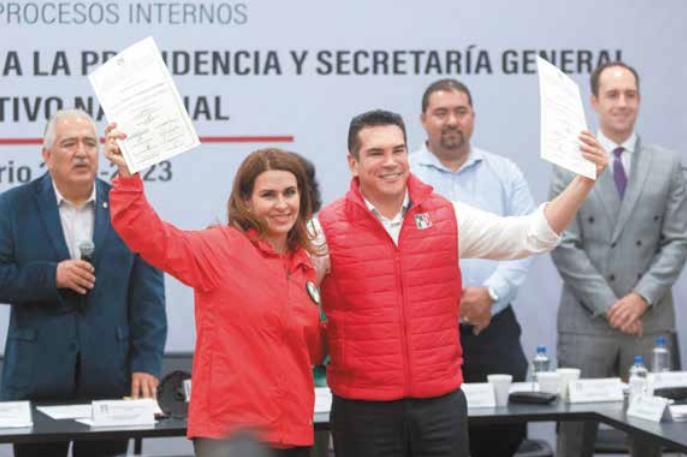 Carolina Viggiano y Alejandro Moreno, recibieron ayer su constancia, van en fórmula.  Foto: Cuartoscuro