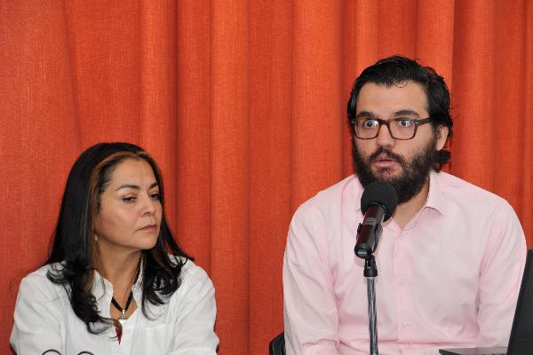 Aleida Calleja y Luis Fernando García en mesa con micrófono