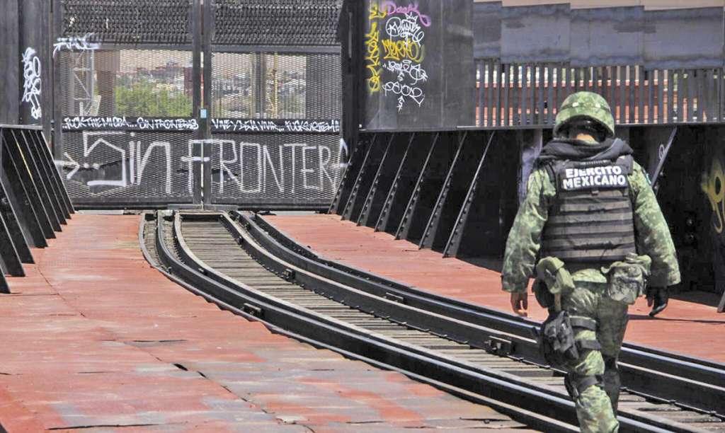 Fuerzas Armadas vigilan cruces fronterizos en Tijuana. Foto: LUNA MARTÍNEZ