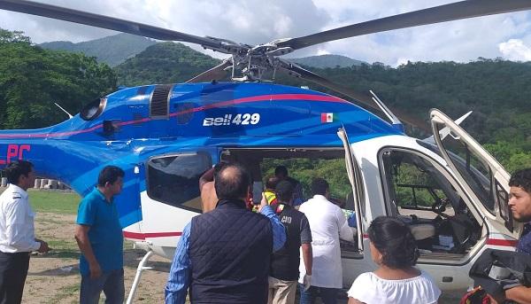 El gobernador a apoyar a la persona lesionada en el accidente ocurrido en San Pedro Xochicuaco, municipio de Pisaflores. Foto: Especial