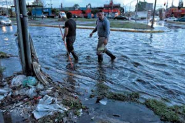 DÍAS DE LLUVIA. De acuerdo con las autoridades, este año se han registrado 455 encharcamientos y 355 árboles caídos. Foto: Leslie Pérez
