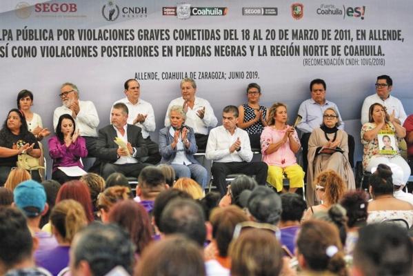 DOLOR. Los funcionarios se reunieron con las víctimas. Foto: Especial