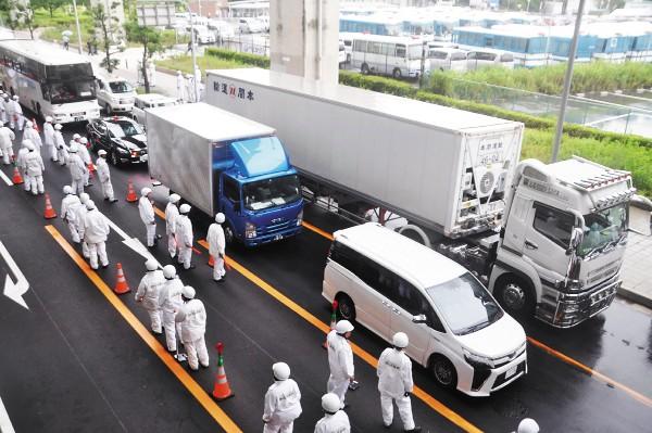 SEGURIDAD. Agentes revisan autos en una vía que conduce a la reunión del G20. Foto: AFP