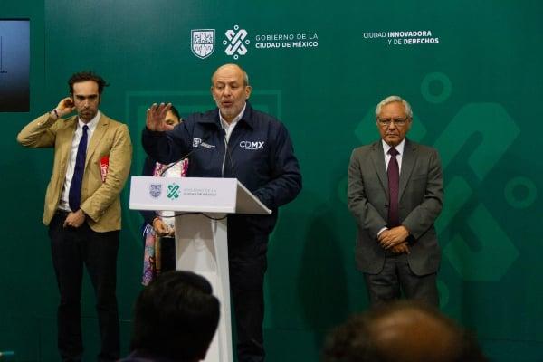 Guillermo Calderón dando una conferencia de prensa