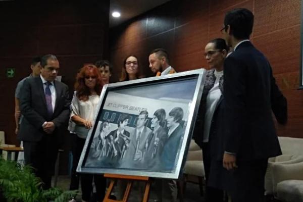 La pintora Alejandra Vega, obsequió a la familia un cuadro en el que pintó uno de los sueños del periodista. Foto Especial