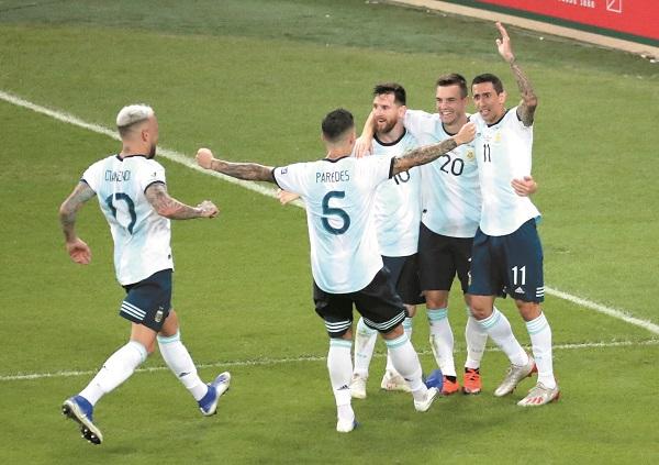 COLOFÓN. Los jugadores argentinos celebraron de esta manera el tanto de Lo Celso (20). Foto: REUTERS