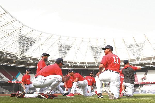 RECONOCIMIENTO. Los Red Sox practicaron sobre el diamante del London Stadium, de cara a la miniserie de hoy. Foto: AFP