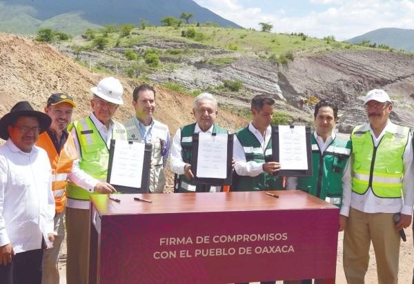 COMPLETA. El titular del Ejecutivo federal acudió ayer a Oaxaca para firmar el acuerdo de finalización de las obras de la carretera Barranca Larga-Ventanilla. Foto: Notimex